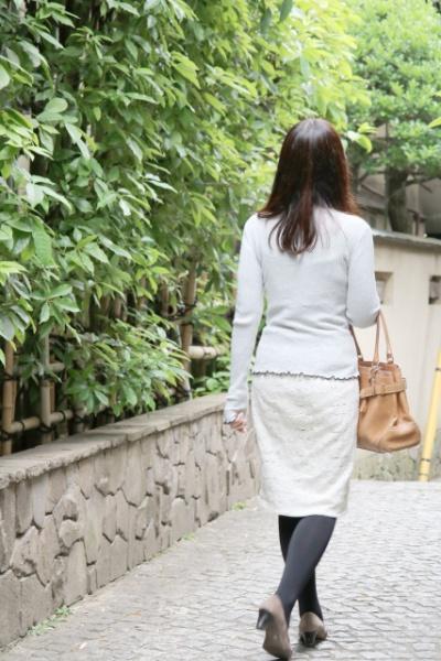 歩く女性の後姿