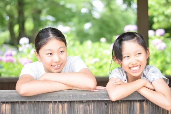 少女2人の笑顔