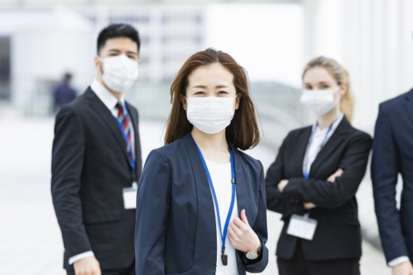 マスク付きビジネスメンバー